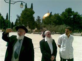Cionisti u kompleksu Al-Akse, u pozadini je Kubetus-Sahra