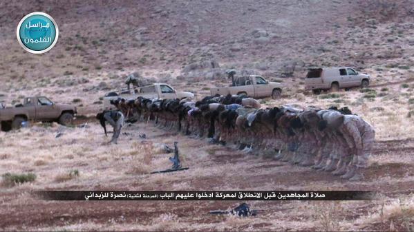 Mudžahidi Džebhetun-nusre klanjaju namaz prije pokretanja napada
