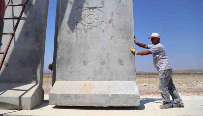 Turski radnik na izgradnji zida na granici sa Sirijom u provinciji Hataj