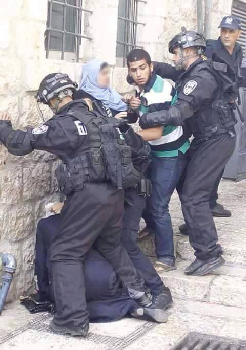 Divljanje naoružanih cionističkih terorista nad bespomoćnim palestinskim mladićem i ženama u avliji kompleksa Al-Aksa