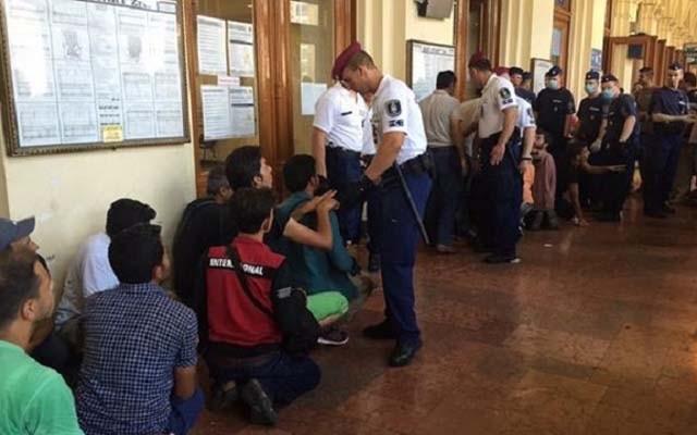 Madjarska policija tjera izbjeglice da kleče u redu za karte