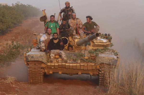 Pobunjenički borci na tenku zaplijenjenom u borbama protiv režimskih snaga